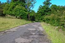 Stav silnice z Polevska na Prácheň nyní před rekonstrukcí.