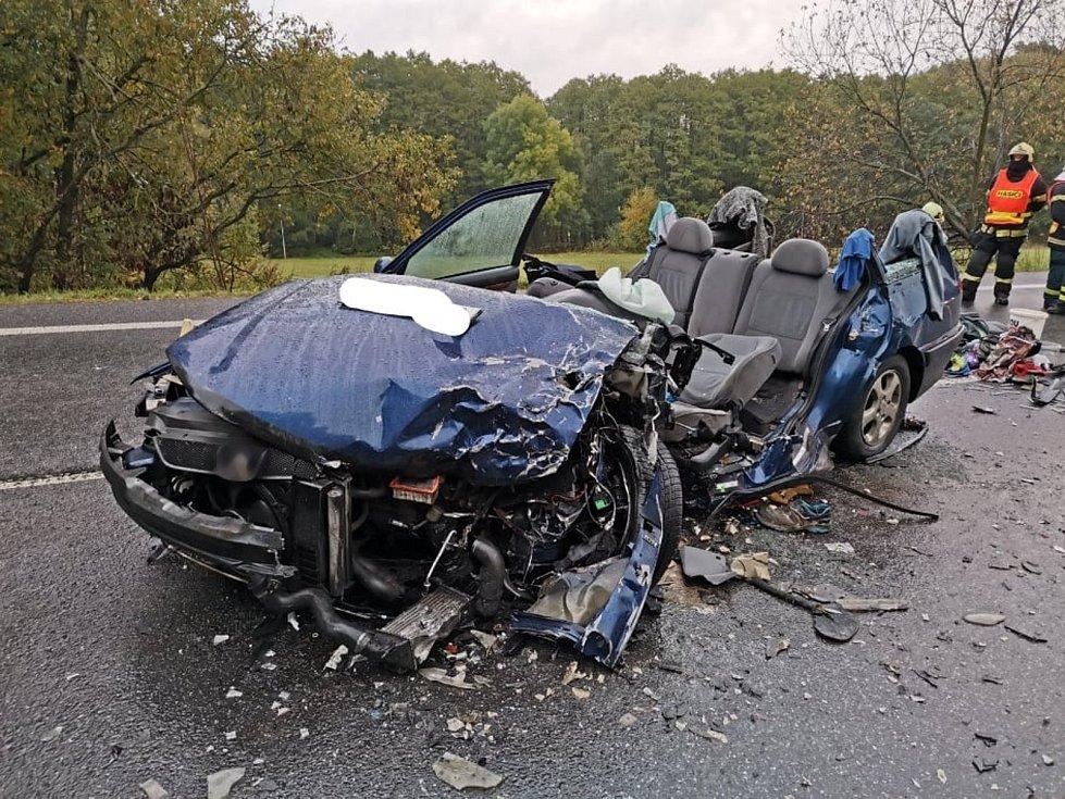 Řidič u Cvikova předjížděl přes plnou čáru, nestihl se zařadit. Při čelním střetu se zranilo šest lidí.