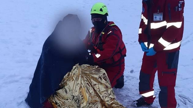 Pod mužem na Máchově jezeře se prolomil led.