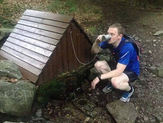 Studánka pod Klíčem slouží běžcům jako zdroj občerstvení. Když odtamtud zmizel hrníček, Pavel Souhrada neváhal, a jako správný turista pořídil nový. Palec nahoru!