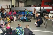 Českolipští profesionální hasiči na své stanici předčítali dětem z mateřských a základních škol.