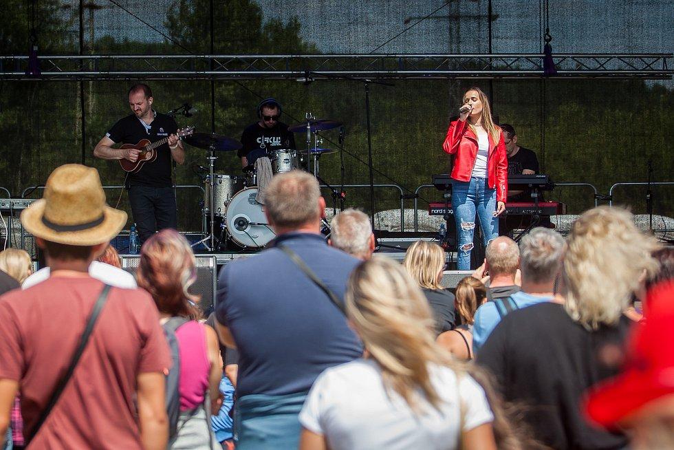 Hudební festival Plechovka fest začal 6. července na louce ve Cvikově na Českolipsku. Na snímku vpravo je zpěvačka Kristína Peláková.