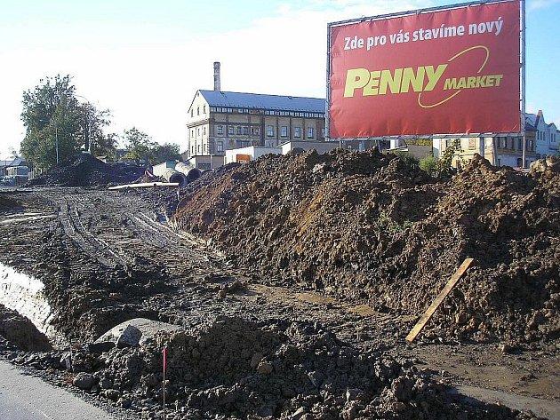 Na louce u autobusového nádraží ve Cvikově bude do několika měsíců stál Penny market.