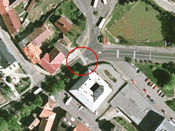 DUBÁ. Přechod je umístěn vprostoru křižovatky ulic Českolipská a Malá. Vblízkosti se nachází škola a autobusové nádraží.