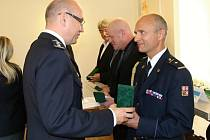Velitel českolipské stanice hasičů Ladislav Vakula obdržel z rukou velitele českolipských policistů Petra Rajta medaili PČR.