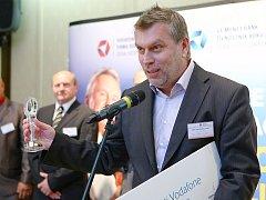 Jaroslav Turnhöfer ze sklárny AJETO Lindava převzal cenu pro třetí místo a titul Odpovědná firma roku 2013.