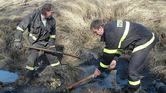 Plné ruce práce  měli dobrovolní hasiči ze Stvolínek s odklízením nánosů bahna, aby mohla být opět zprovozněna silnice do obce.
