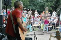 Folkový festival Svojkovská zahrada.