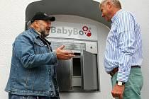 U montáže úplně nového zařízení nechyběl Ludvík Hess, zakladatel myšlenky babyboxů. Na snímku s ředitelem českolipské nemocnice Jaroslavem Kratochvílem.