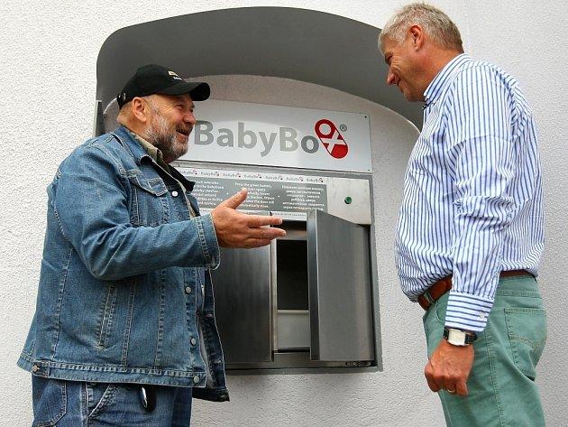Umontáže úplně nového zařízení nechyběl Ludvík Hess, zakladatel myšlenky babyboxů. Na snímku sředitelem českolipské nemocnice Jaroslavem Kratochvílem.