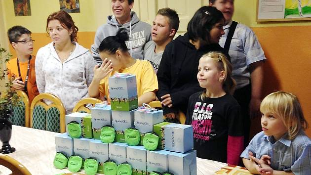 Dětský domov v České Lípě navštívili zástupci neziskové organizace ASEKOL, aby dětem předali 19 mobilních telefonů a dva počítače.