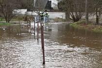 V Lindavě se voda z potoka valila málem i přes most.