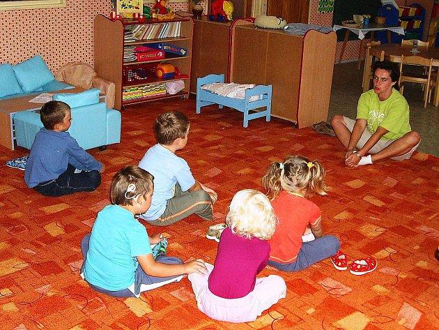 Na základě výsledků kontrolního měření hygieny ovzduší  se mateřinka dočasně přestěhuje do základní školy. Stěhování školky proběhne na začátku příštího týdne.