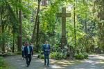Hejtman Libereckého kraje Martin Půta navštívil v Novém Boru se starostou Jaromírem Dvořákem Lesní hřbitov