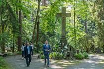 Lesní hřbitov v Novém Boru navštívil v červnu hejtman Libereckého kraje Martin Půta.