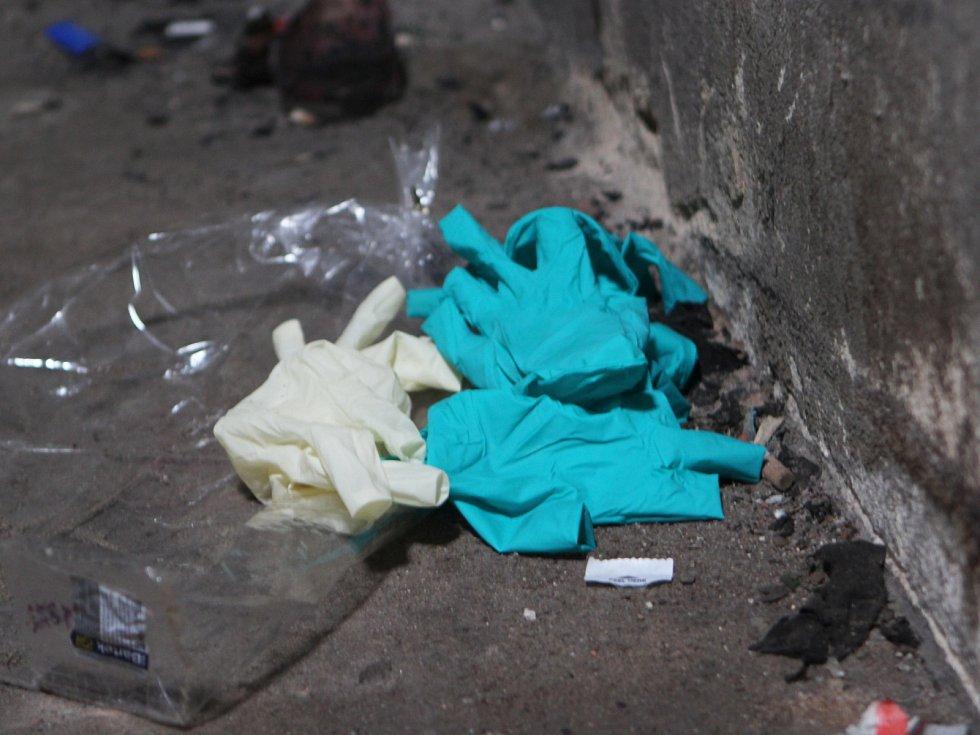 V podkroví olejárny jsou ještě dnes krvavé stopy a povalující se rukavice po zásahu policie, záchranné či pohřební služby.