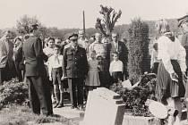 Konec 2. světové války si připomínali lidé na mnoha místech v regionu. Fotografie je ze Cvikova z roku 1959.