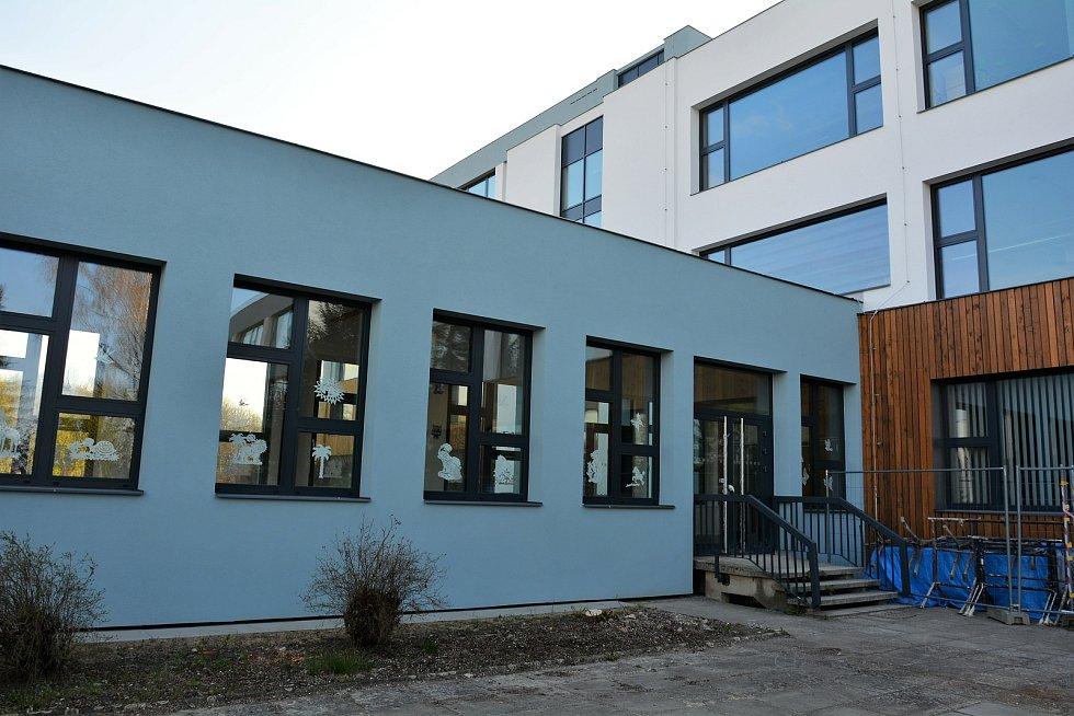 Generální proměna vzhledu a modernizace ZŠ v Šluknovské ulici na sídlišti Lada v České Lípě se po roce blíží ke svému závěru.