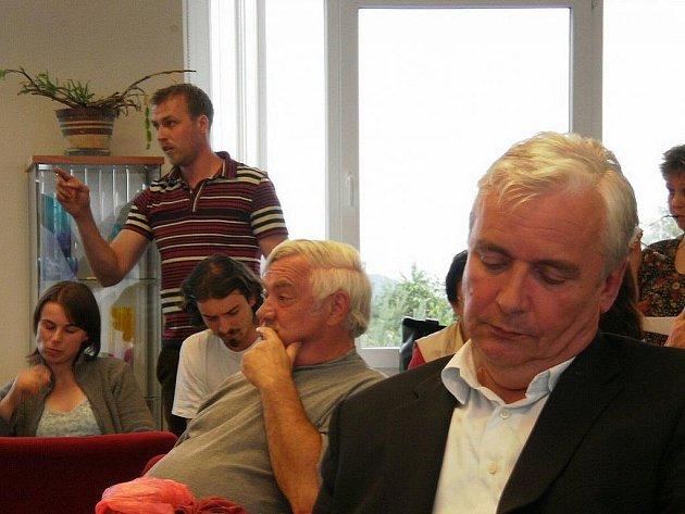 Petr Novotný (v popředí) sbírá síly před další palbou otázek ze strany šenovských obyvatel.