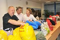 Plné tašky s oblečením a krabice s malými domácími elektrospotřebiči v pátek přinesli zaměstnanci krajského úřadu do sbírky Dejte věcem druhou šanci.
