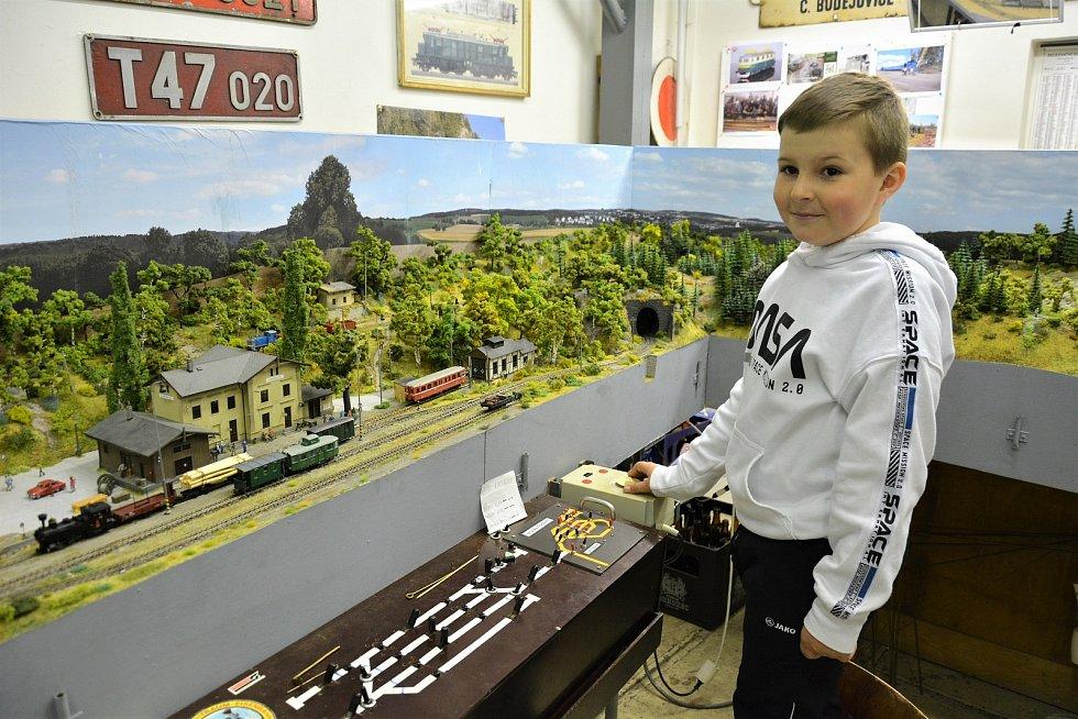 Modeláře inspirovala zaniklá železnice. Vláčky si pouští podle jízdních řádů