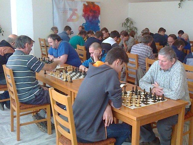 Čtyři desítky šachistů z široka daleka se sjelo do Stráže pod Ralskem, aby se zúčastnili již 23. ročníku turnaje v bleskovém šachu.