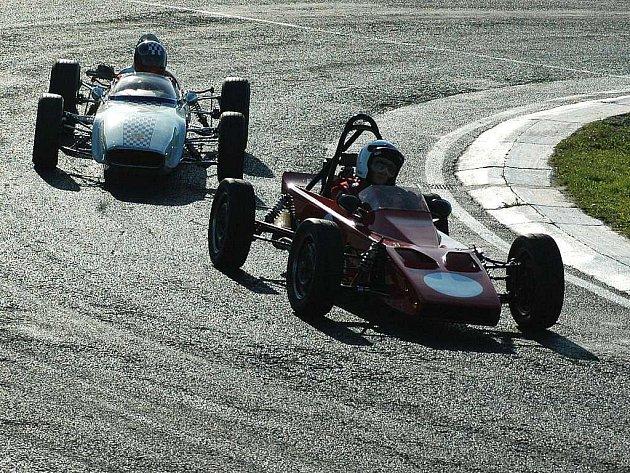 Tisícovkám diváků se v napínavých závodech představila sedmdesátka převážně sportovních a závodních automobilů, včetně dvanácti monopostů Formule 3 a MTX.