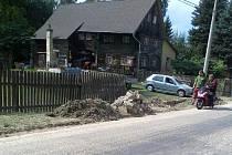 Středeční ráno nabídlo několika rodinám ve Velkém Grunově tyto pohledy - bahno na zahradě a mokré zdi.