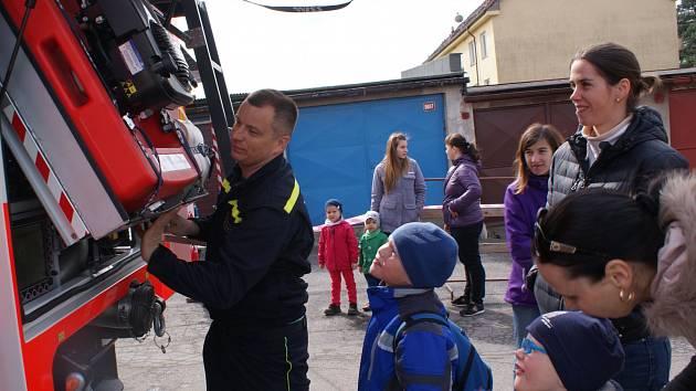 Dobrovolní hasiči ze Zákup v sobotu oficiálně představili svoji zbrusu novou cisternu za devět milionů korun. Zároveň se při slavnostní akci rozloučili s cisternou starou, která poslouží na Semilsku.