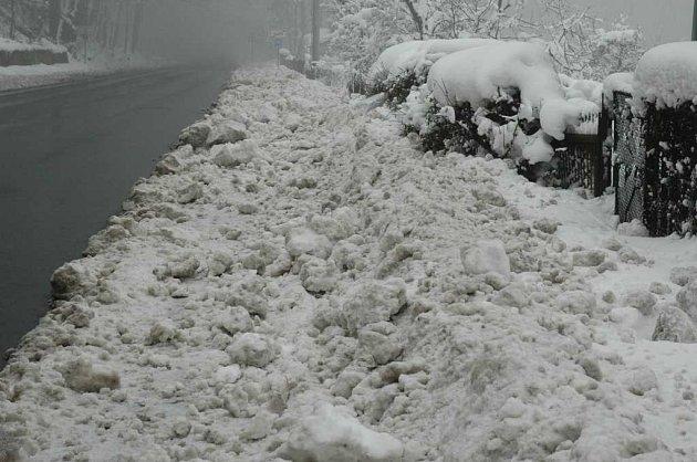 Sněhem zavalený chodník