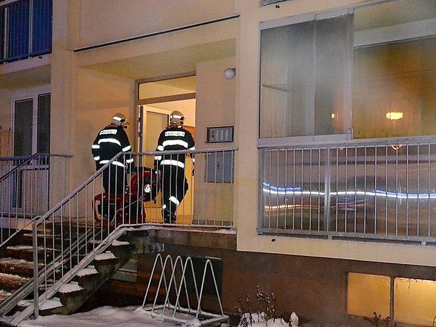 U požáru bytu osmipatrového panelového domu v ulici Na Blatech v České Lípě zasahovalo šest hasičských jednotek. Požár vznikl v přízemním bytě, ale hustý dým se rozšířil do celého domu.