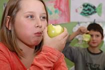 Budou děti jíst ovoce, které dostanou? Dokáže škola ovlivnit stravovací návyky dětí? Projekt, který financuje Evropská unie, tvrdí, že ano.