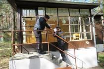 Policisté kontrolovali v pátek dopoledne chatové osady v Doksech a ve Starých Splavech.