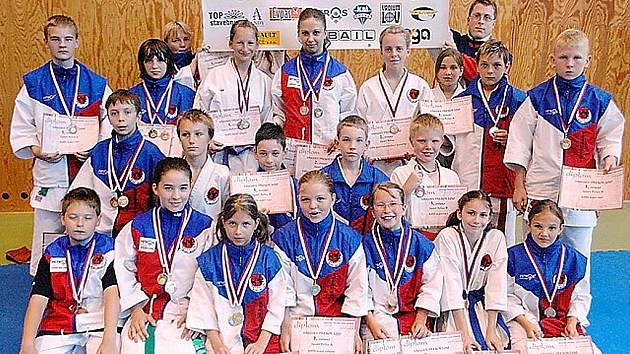 Tým mladých karatistů Sport Relaxu vybojoval na Krajských přeborech v Ústí n. L. na dvě desítky cenných kovů.