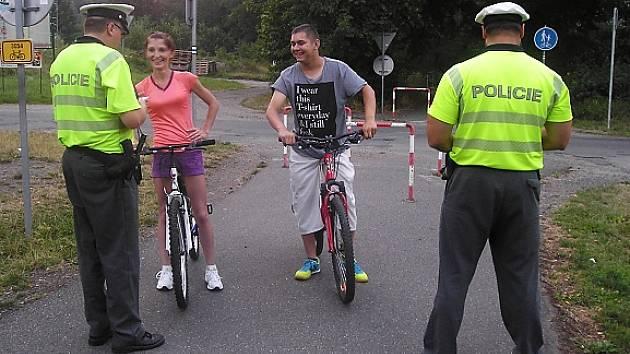 Mezi osmou a jedenáctou hodinou večer policisté zastavili šestnáct cyklistů.