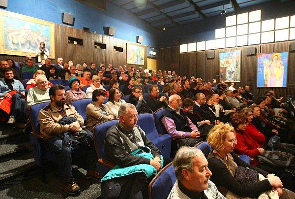 Hra okámen, dokument obolestné diskusi Novoboráků kdivokému odsunu Němců ve městě, zcela zaplnila novoborské kino.