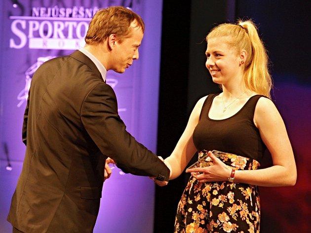 Trenér roku: Na třetím místě skončil Petr Karvánek zOK Jiskra Nový Bor, za kterého převzala cenu jeho sveřenkyně Andrea Kameníková.