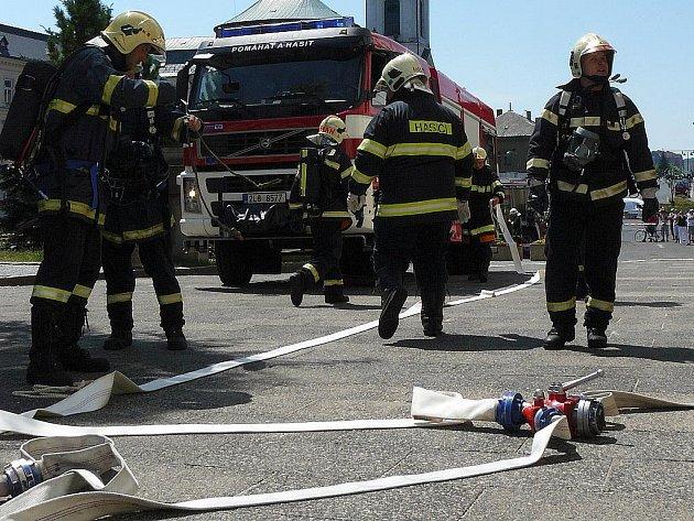 Při loňském cvičení zasahovali hasiči z Čech i Německa v Novém Boru.