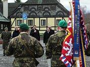 K vojákům a dalším hostům promluvili mimo jiné starosta Nového Boru Jaromír Dvořák a Hejtman Libereckého kraje Martin Půta (s mikrofonem).