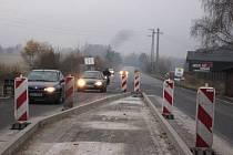 Past na řidiče v podobě ostrůvku uprostřed silnice ve Cvikově