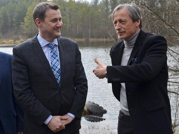 Rybník plný starých pneumatik nedaleko letiště Hradčany nechyběl mezi tím, co ve čtvrtek vRalsku ukazoval hejtman Martin Půta ministrům Stropnickému a Brabcovi.
