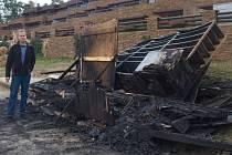 Z dřevěného stánku na pobřeží Máchova jezera majiteli mnoho nezbylo.