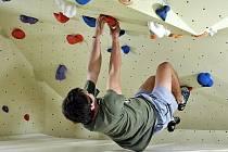 Nízko a bez lana. Bouldering je populární hlavně u začínajících lezců, je totiž nenáročný na vybavení.