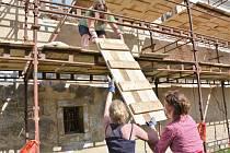 Praktický seminář Obnova historických fasád pro výkonné úředníky uspořádal Národní památkový ústav. Vyzkoušeli si tradiční řemeslné postupy používané při opravě fasád památek.