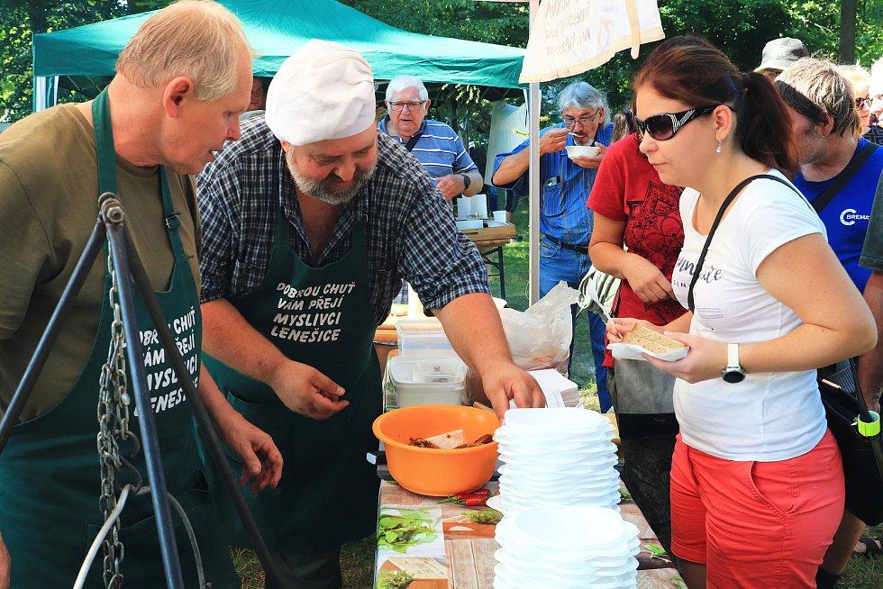 Vaření kotlíkových zvěřinových gulášů na otevřeném ohni a 1. ročník Zahrádeckého štrúdlu.