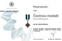 Ředitel českolipských městských strážníků Lubomír Mery převzal z rukou Petra Rajta, vedoucího územního odboru Policie ČR Česká Lípa, čestnou medaili Policie České republiky.