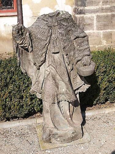 Vandalové zaútočili na torzo sochy ina zeleň vzahradě.
