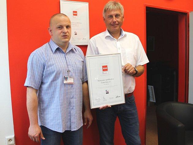 Zleva, lékařský ředitel a předseda představenstva NsP Česká Lípa Radek Havlas a  Jaroslav Kratochvíl, generální ředitel a místopředseda představenstva, s právě převzatým oceněním CZECH Stability Award.