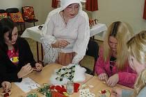 Zapomenutá řemesla si připomněli studenti Obchodní akademie v české Lípě. Vyzkoušeli si paličkování, drátkování nebo výrobu svíček.