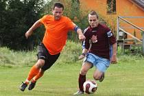 Dolní Libchava - Stružnice 2:0 (1:0). Na snímku Vojta Balvín v souboji s Markem Sokolem.